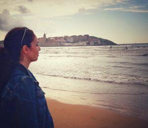 Antoñetta mirando al cielo de Gijon junto al mar. Metoo . HeforShe