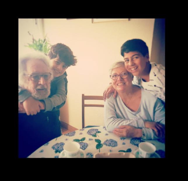 Mis padres y mis hijos juntos abrazándose